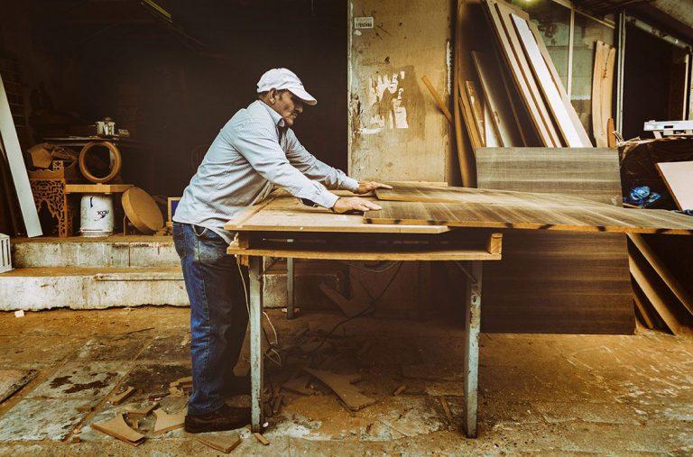 Operario de carpintería trabajando