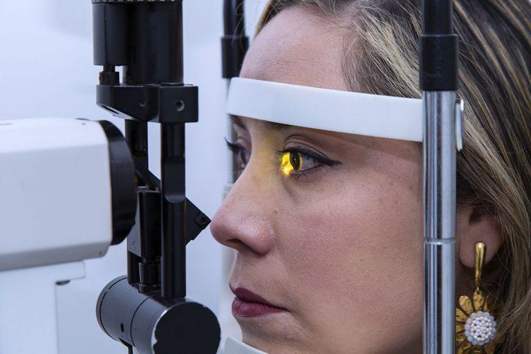Paciente en examen de optometría